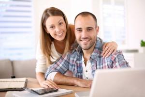 Paar vergleicht Kreditangebote online
